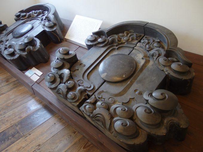 国の重要文化財旧開智学校以前使われていた大きな瓦