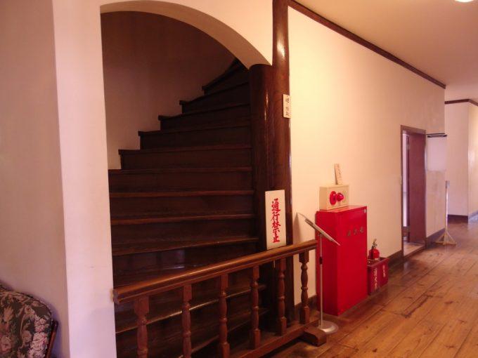 国の重要文化財旧開智学校廃寺の建材が再利用された螺旋階段の柱
