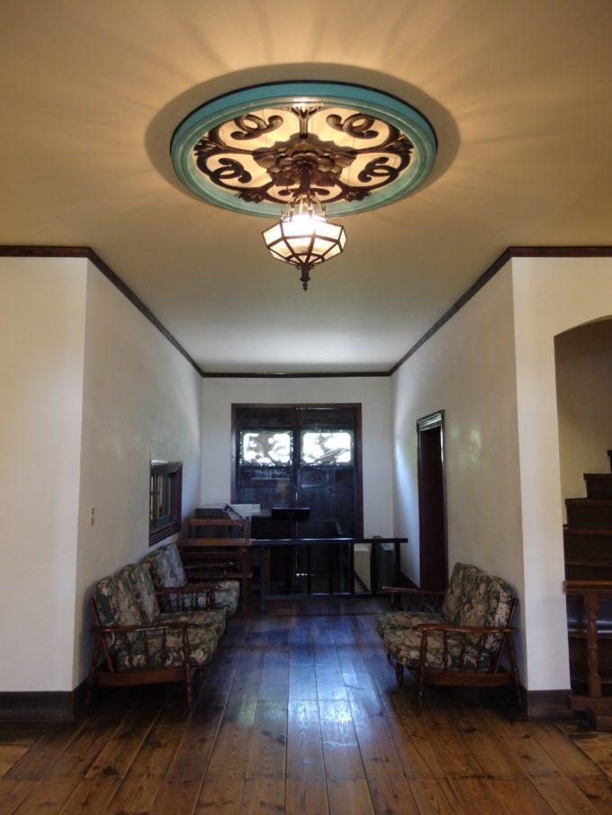国の重要文化財旧開智学校正面玄関を飾る美しいライトと彫刻