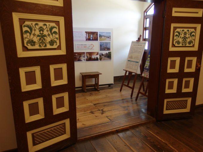 国の重要文化財旧開智学校絵と重厚な木目が美しいドア