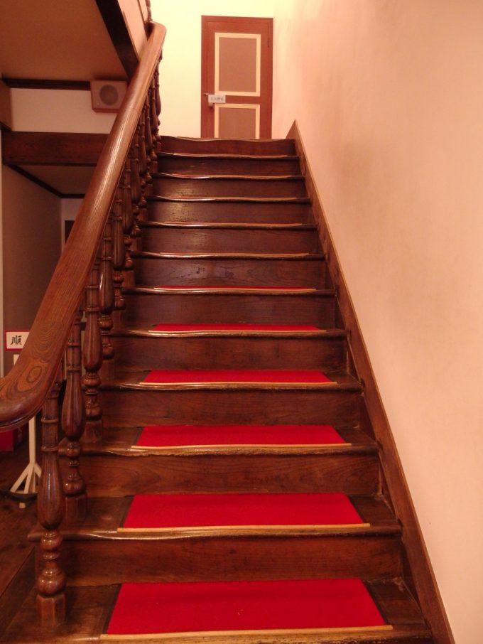 国の重要文化財旧開智学校長い年月を感じさせる木の階段