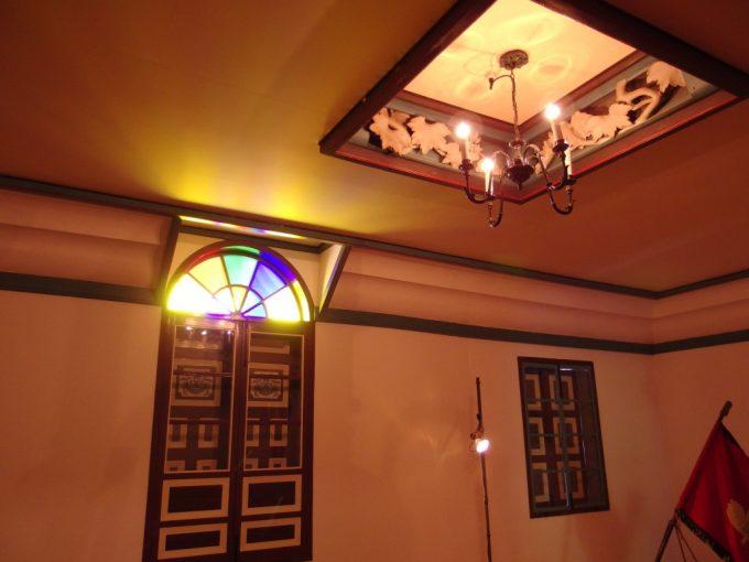 国の重要文化財旧開智学校荘厳な講堂を彩るシャンデリアと舶来物のステンドグラスギヤマン