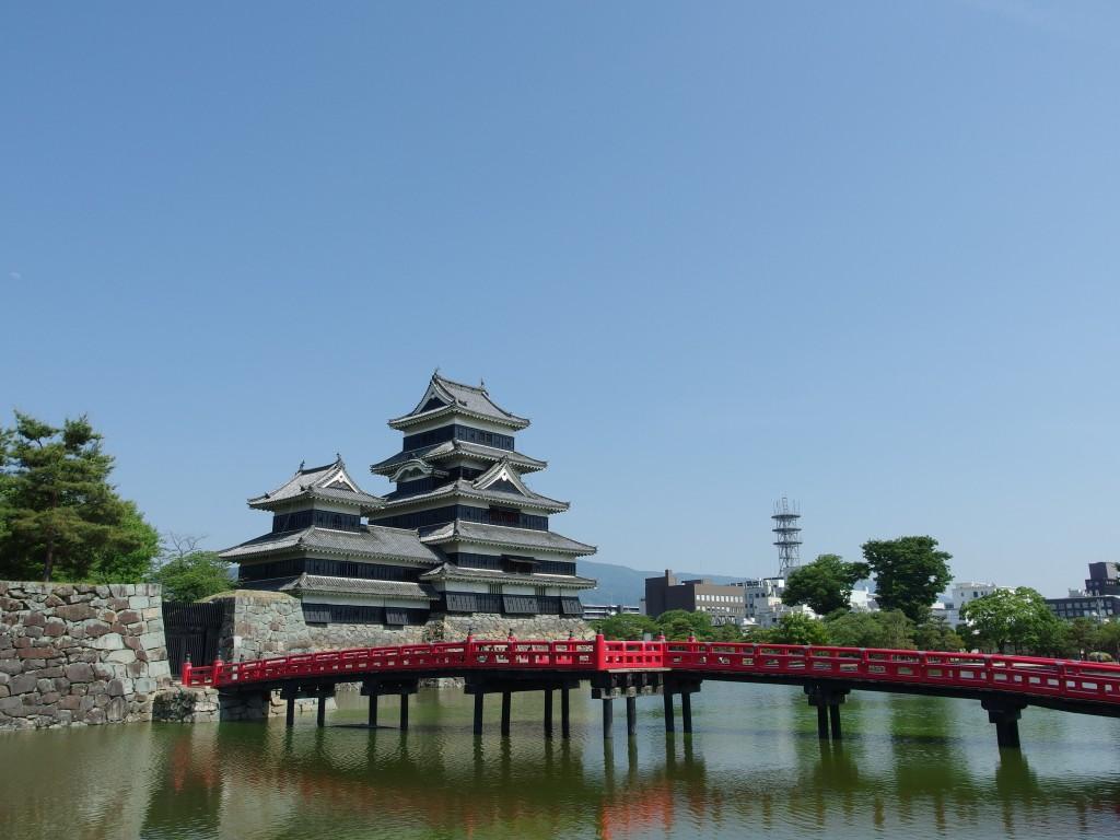 初夏の国宝松本城青空に映える烏城と赤い橋