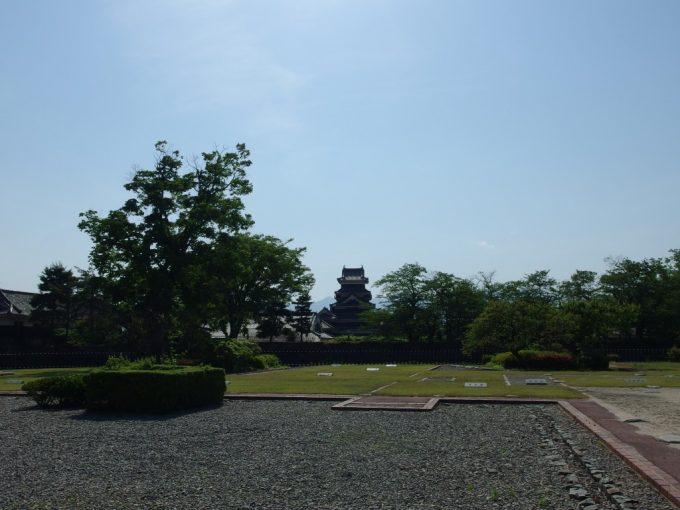 二の丸御殿跡から望む初夏の国宝松本城