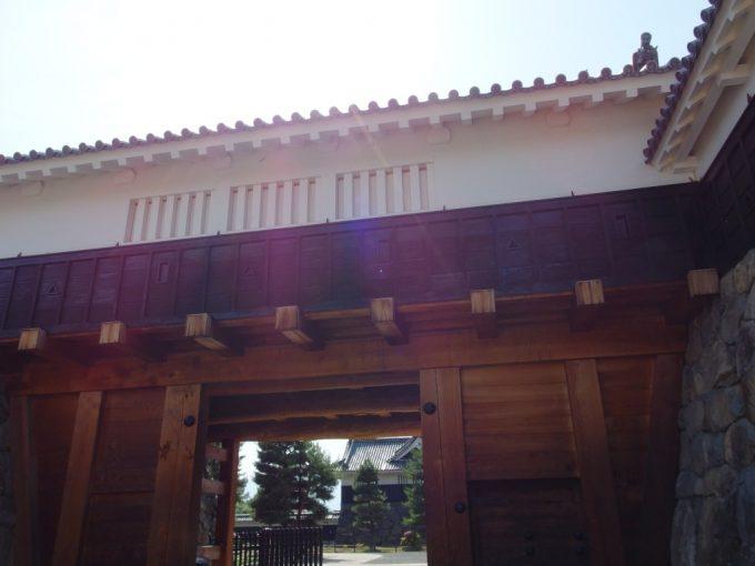 松本城重厚な太鼓門