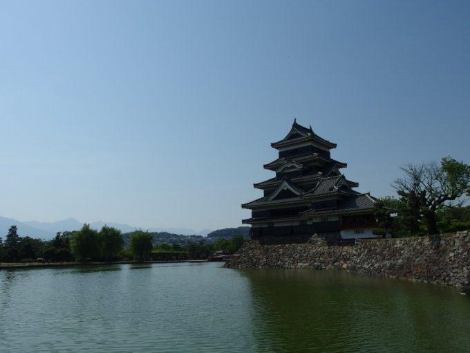 初夏の青空と信州の山並みに映える烏城国宝松本城