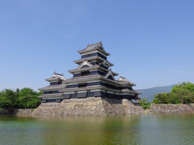 歩くたびに違う表情を見せる国宝松本城