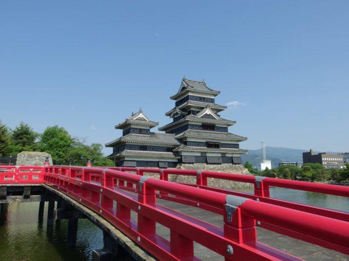 赤い欄干の埋橋越しに眺める烏城国宝松本城