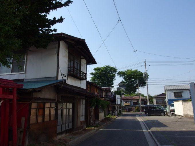 城下町の日常の中に溶け込む松本城