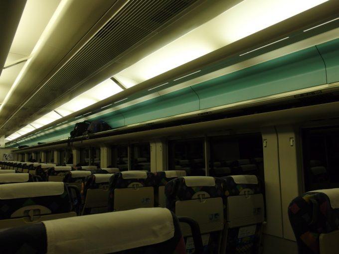 中央本線特急あずさ号E257系夜の車内