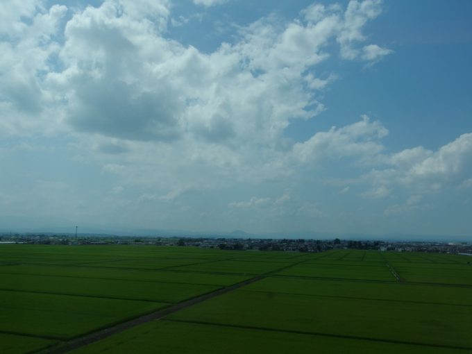 東北新幹線車窓に溢れる東北の夏