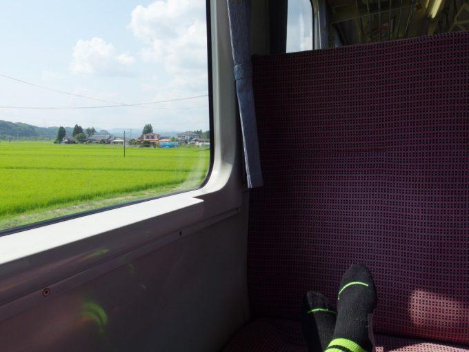 陸羽東線キハ110鳴子温泉行きボックスシートで足を投げ出すローカル線の醍醐味夏の車窓