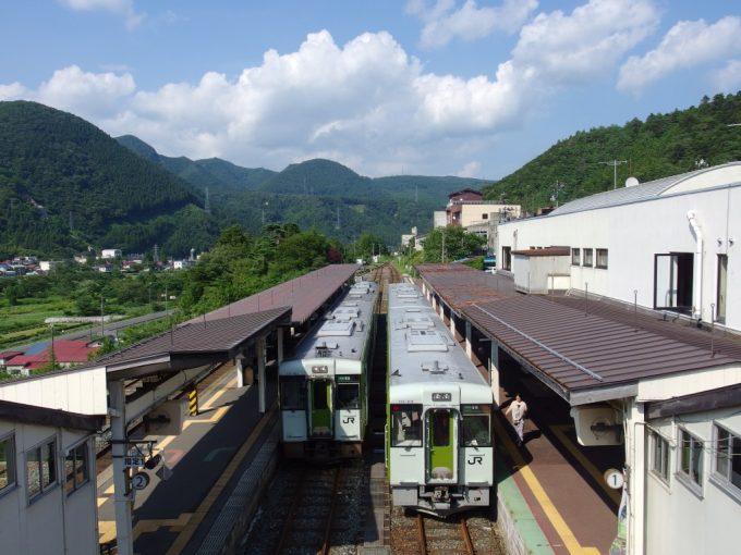 鳴子温泉駅に並ぶ陸羽東線キハ110ローカル線の風情