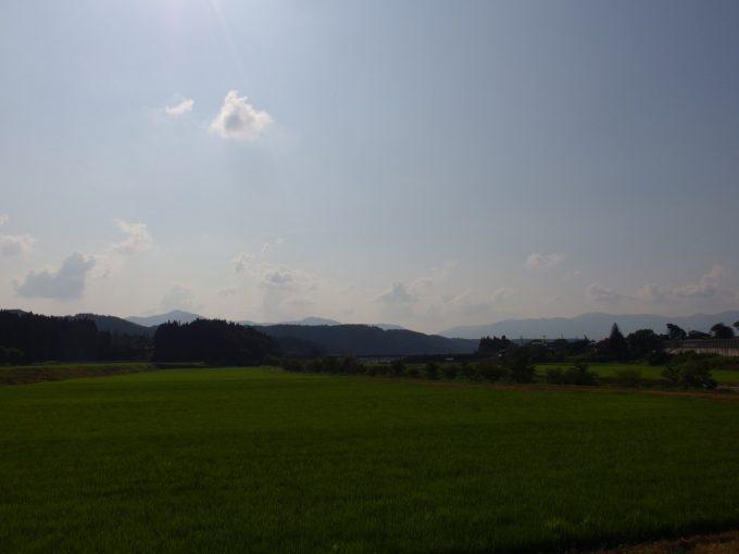 夏の午後山形の田んぼと黒い山並み