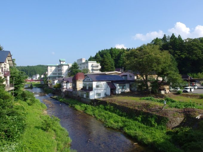 夏の赤倉温泉小国川の清流沿いに建つ湯守の宿三之亟