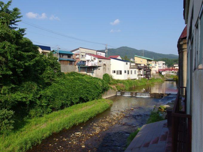赤倉温泉を流れる清流小国川と釣り人