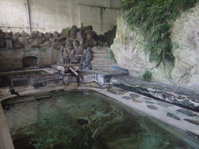 赤倉温泉湯守の宿三之亟江戸時代に手作業で掘られた野趣あふれる自噴泉掛け流し混浴岩風呂