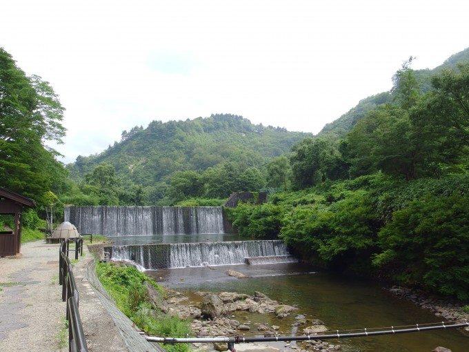 夏の肘折温泉国の有形登録文化財の砂防ダム