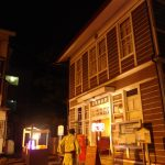 夏の肘折温泉街灯に照らされ妖しい美しさの肘折郵便局