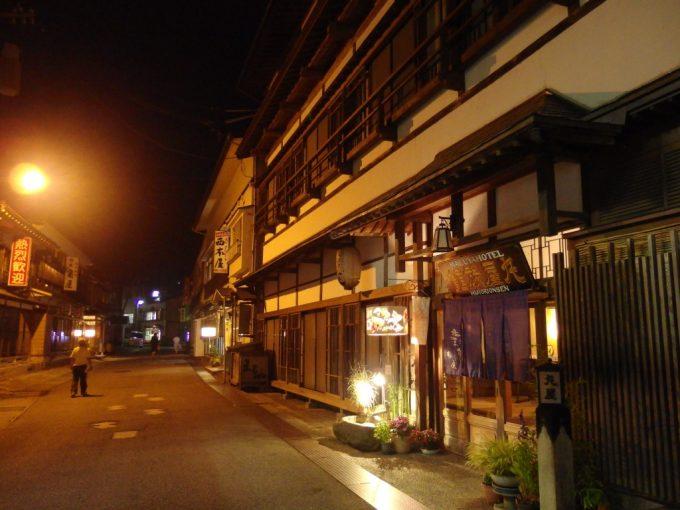 夏の肘折温泉ひじおりの灯古きよき木造旅館を彩る灯籠の灯り