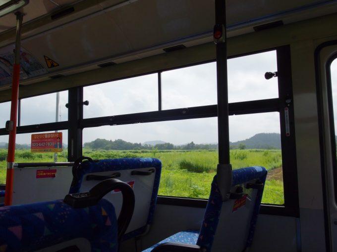 山交バス車窓に広がる夏の大蔵高原の緑