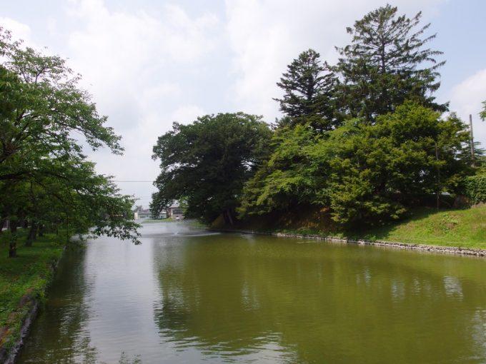 夏の新庄最上公園のお堀