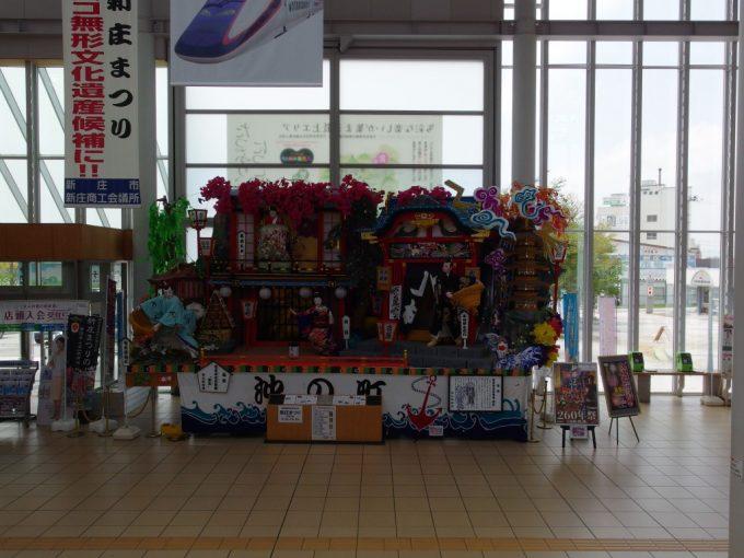 新庄駅で旅人を出迎える新庄まつりの豪華絢爛な山車