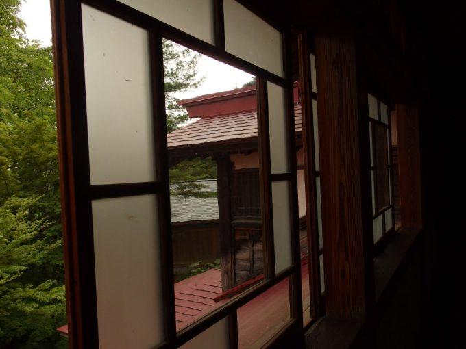 強首温泉樅峰苑古い歪んだガラス越しに眺める歴史ある建物