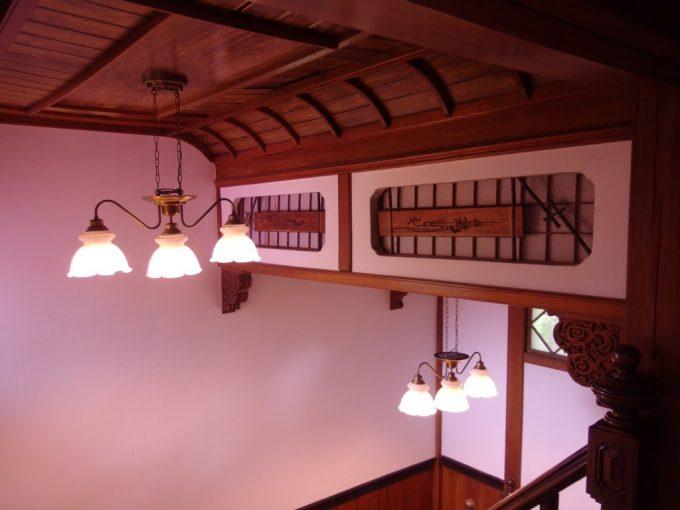 強首温泉樅峰苑木目が美しい舟形天井や欄間の細工が美しい階段ホール