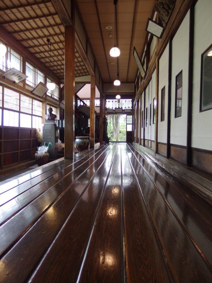 強首温泉樅峰苑の象徴天然秋田杉の一枚板でできた飴色に輝く廊下贅沢の極み