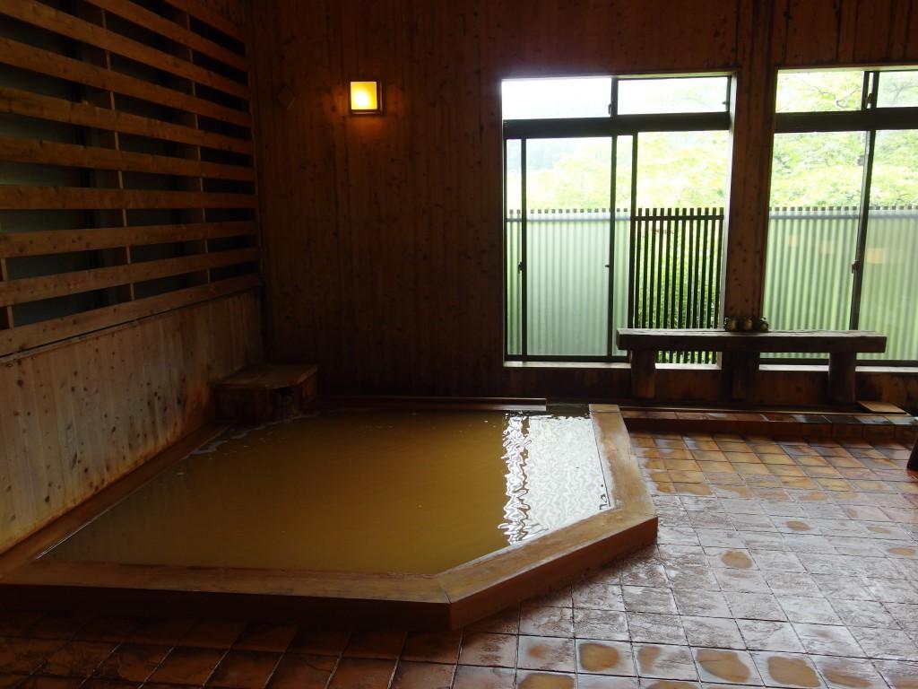 強首温泉樅峰苑黄金に輝く湯を湛える大浴場