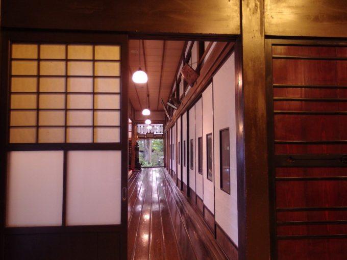 強首温泉樅峰苑秋田杉一枚板の飴色に光る廊下を眺めながら食べる川がに夕食