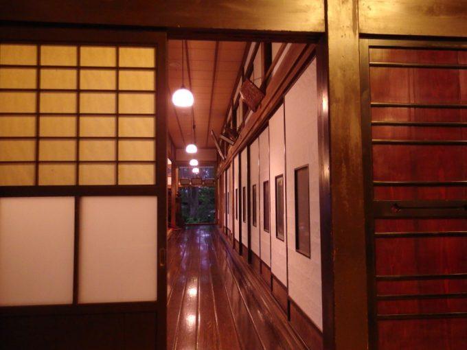 強首温泉樅峰苑夕暮れに鈍く輝く秋田杉一枚板の歴史ある廊下