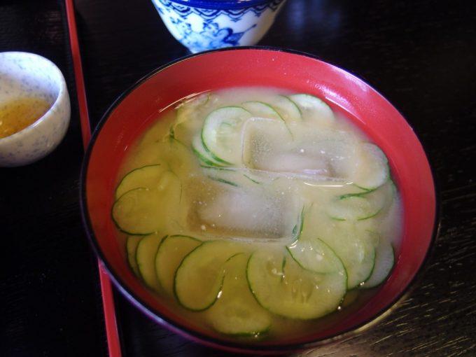 強首温泉樅峰苑朝食の冷たいお味噌汁きゅうりもみ