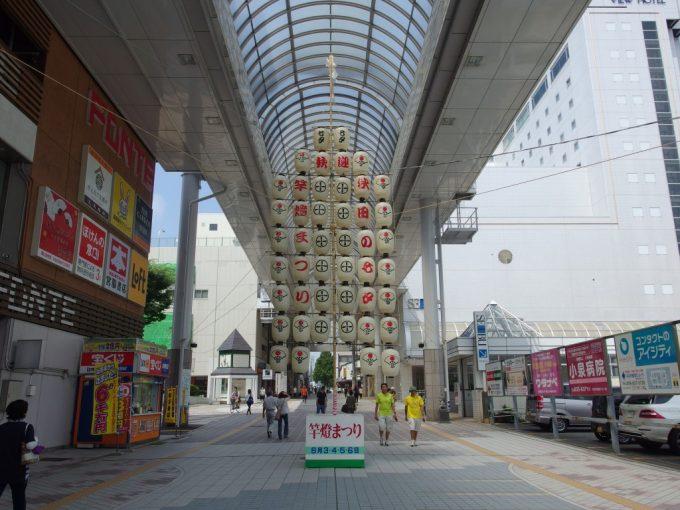 秋田駅前アーケードの立派な竿灯