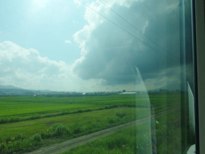 奥羽本線特急つがる号夏の田んぼと岩木山