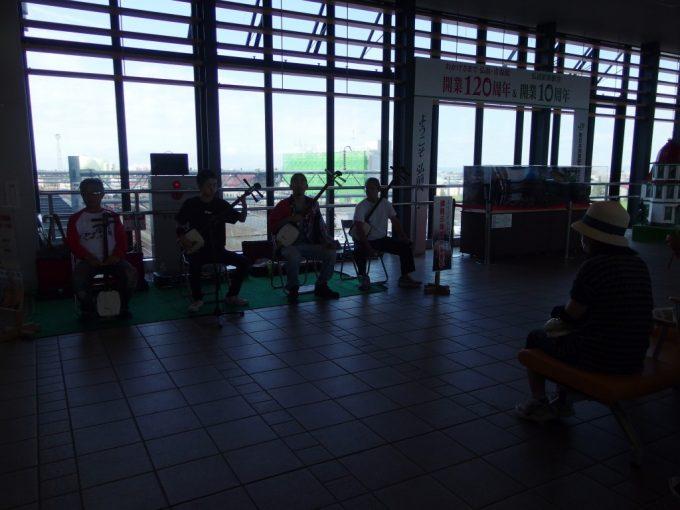 夏の弘前駅津軽三味線生演奏が旅人をお出迎え