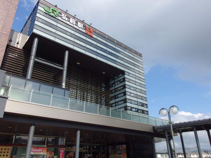 夏空に輝く弘前駅