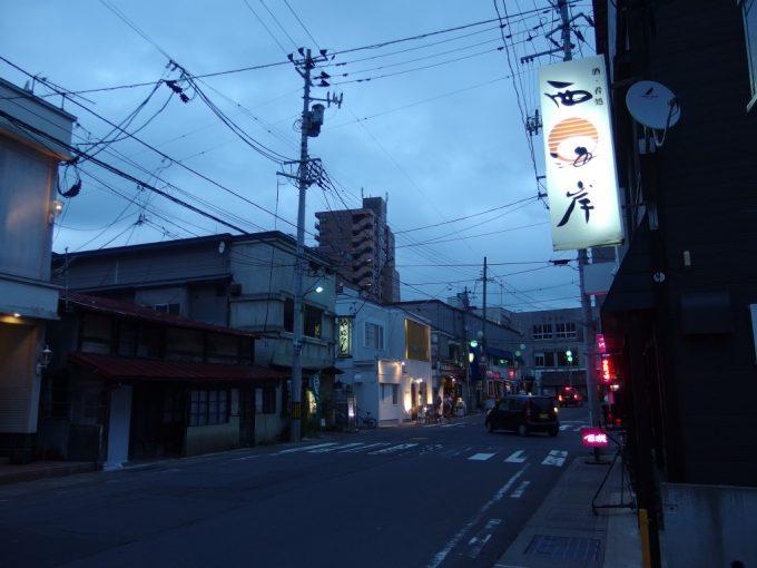 ほろ酔いで歩く夕暮れの弘前の街