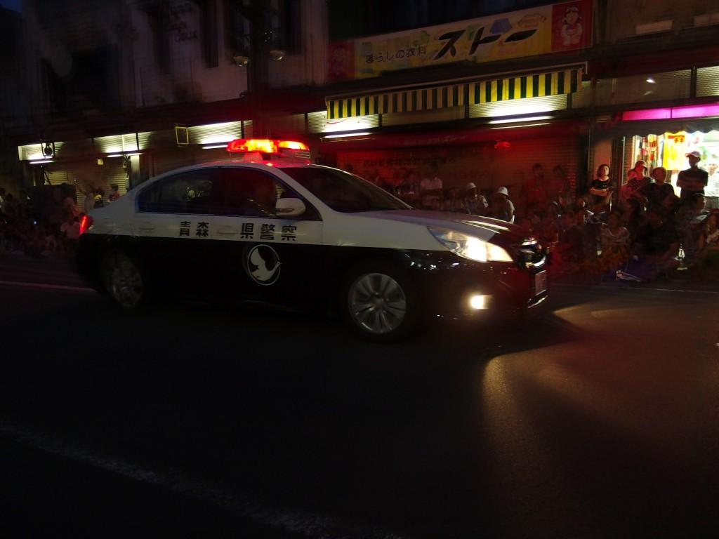 青森県警のパトカーが弘前ねぷたの始まりを告げる