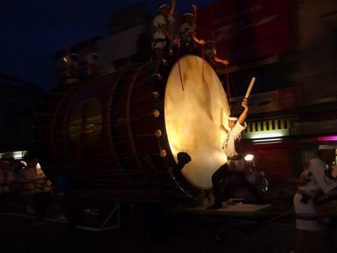 夏の夜の始まりを彩る津軽じょっぱり大太鼓の重厚な音