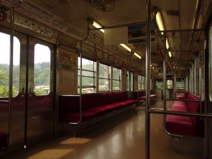 弘南鉄道大鰐線渋い雰囲気に包まれる旧東急の電車車内