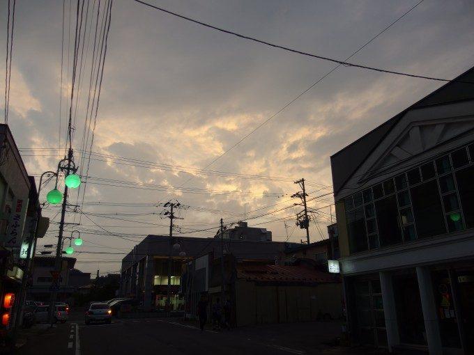 ほろ酔いで歩く夕焼けの弘前の街