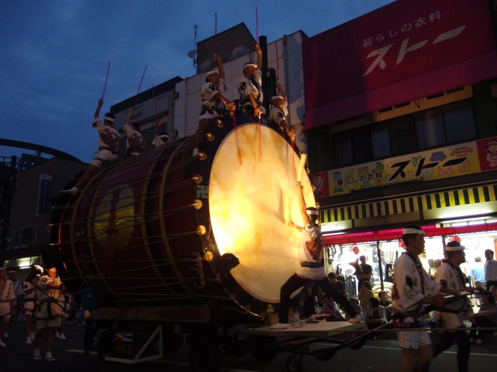 夕闇が迫り津軽じょっぱり大太鼓の音色がねぷたの始まりを告げる
