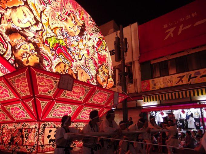 弘前ねぷた大きなねぷたが増え始め祭りは盛り上がる