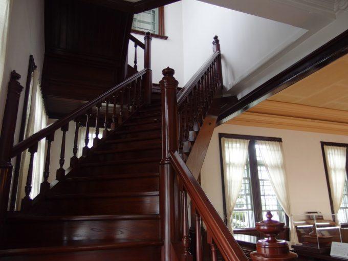 弘前青森銀行記念館木の輝きが美しい曲り階段