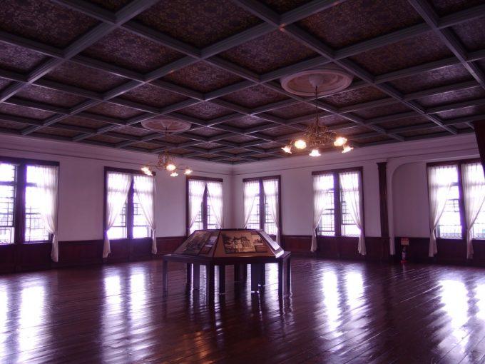 弘前青森銀行記念館磨き上げられた2階ホール