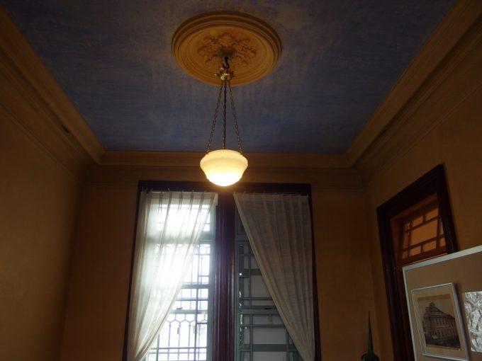 弘前青森銀行記念館スカイブルーの天井が印象的な洋室