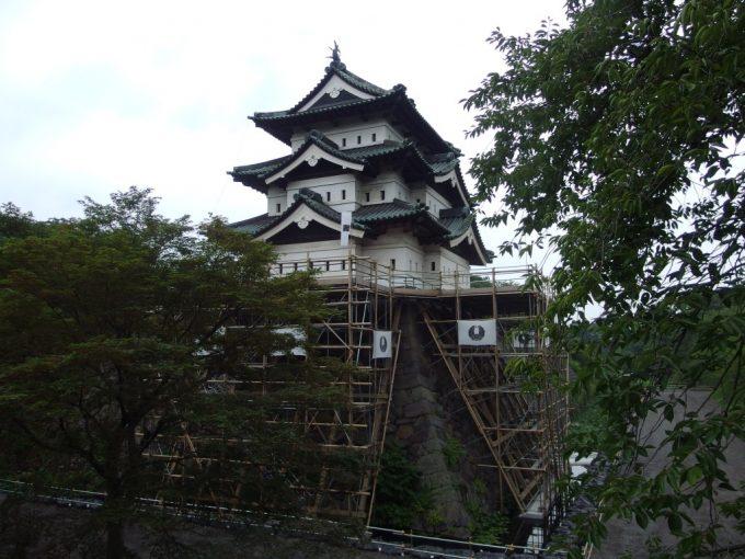 曳家前の弘前城天守閣