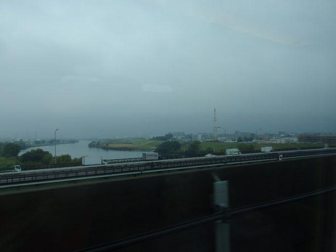 どんよりとした空模様の荒川を渡り東京脱出!